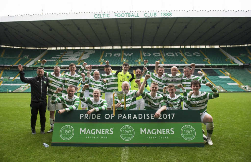 23/05/17 - 17052311 - MAGNERS  CELTIC PARK - GLASGOW  The winning team celebrate with the trophy.